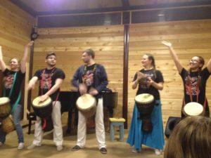 Super groupe de musique qui nous a fait découvrir tous les types de percussion possibles. Ils invitent le public à participer.