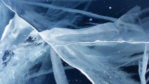 Quand le Baikal gèle, il se forme des fissures impressionantes dans la glace.