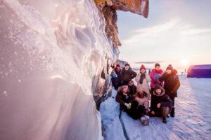 Avec l'équipe de GBT nous sommes contre la paroie d'une falaise dont une partie est gelée.