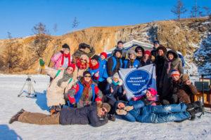 Photo de groupe avec toute l'équipe de GBT (Great Baikal Trail), les organisatrices et les artistes. Nous sommes sur la glace du Baikal.